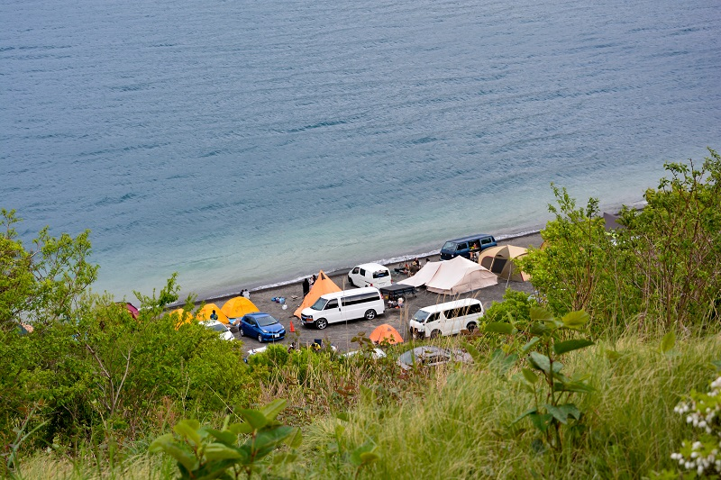 本栖湖畔でキャンプを楽しむ人々
