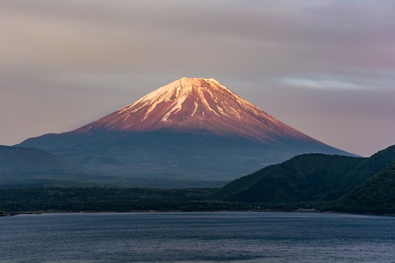 本栖湖と夕暮れの富士山