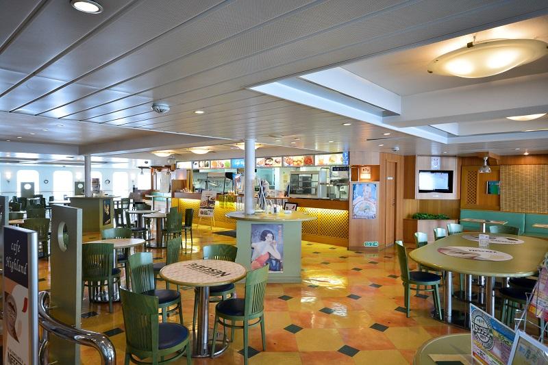 閑散とした船内の軽食コーナー