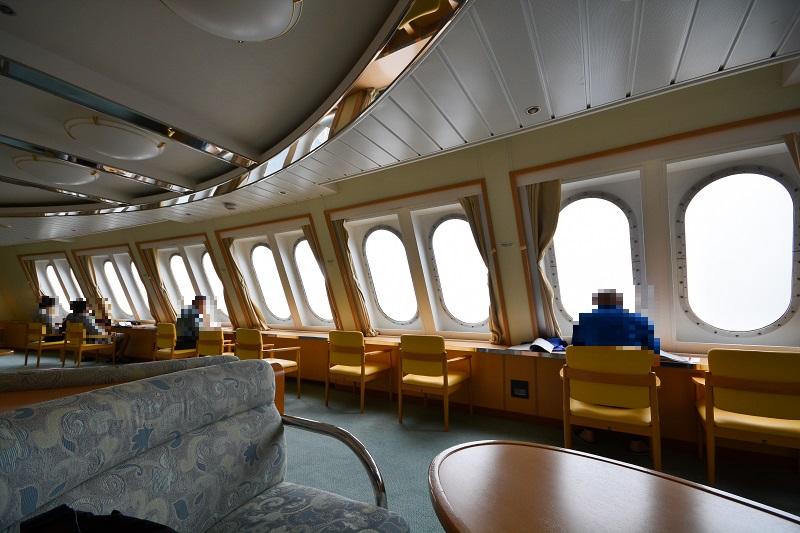 椅子が多く設置された船首のフォワードサロン