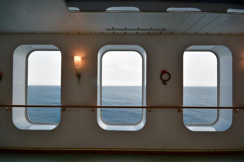 窓枠と大海原の絡み