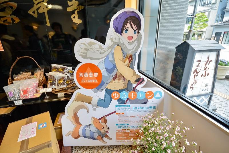 栄昇堂店内に設置された斉藤恵那の等身大パネル