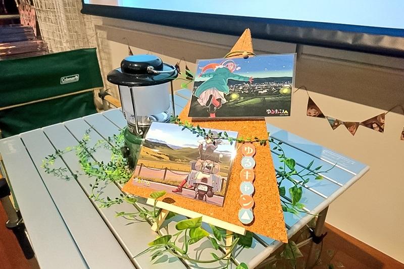 ゆるキャンカフェ店内のキャンプ風展示物
