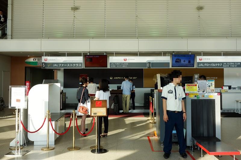 伊丹空港のファーストクラスチェックインカウンター