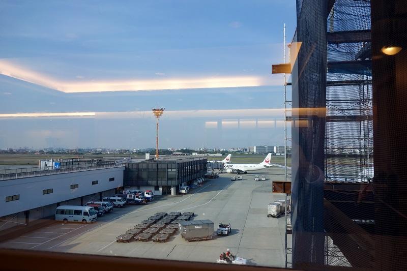 ダイヤモンドプレミアラウンジからの伊丹空港のスポットの景色