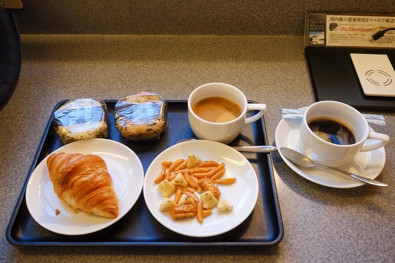 今回いただいたラウンジ内でのおにぎりやパン、おつまみやスープの軽食
