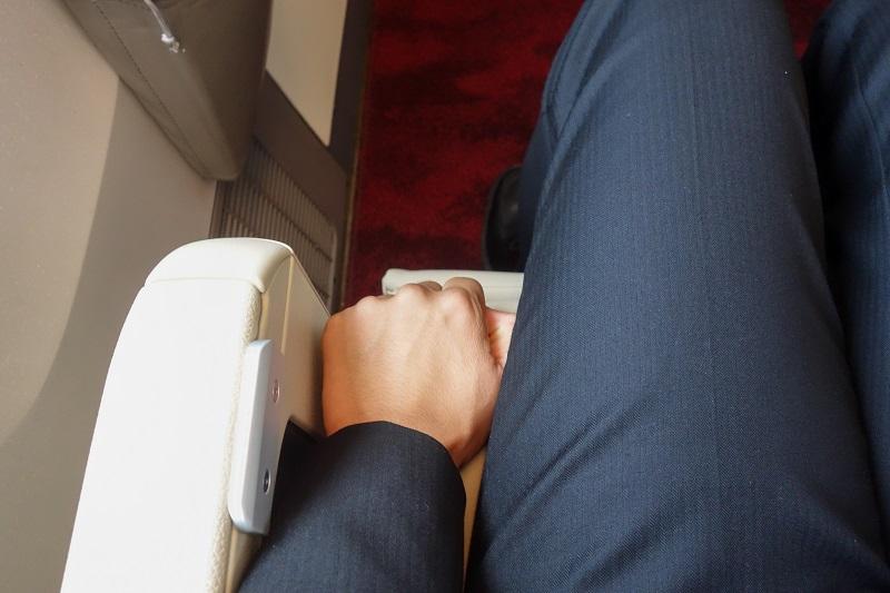 握り拳1個分のスペースがある座席幅の広さ