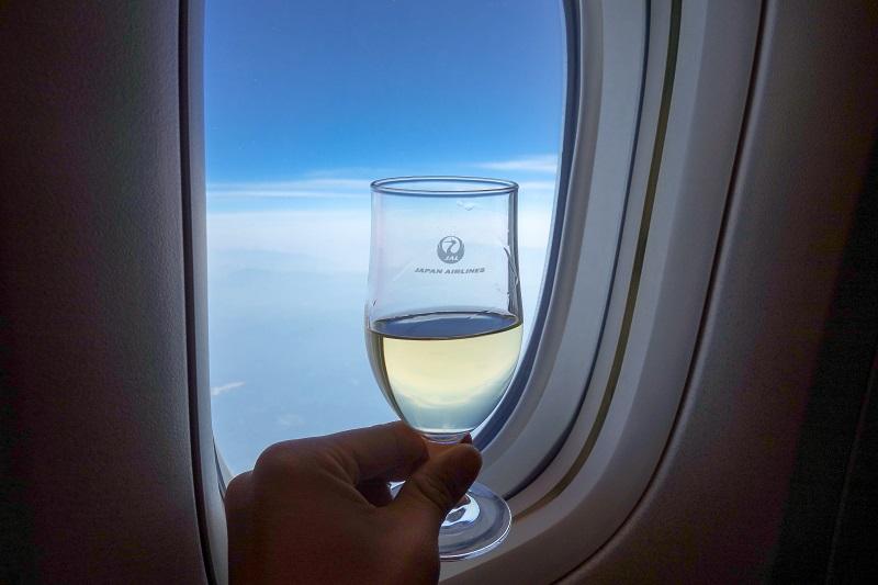 シャンパンと窓から広がる青空