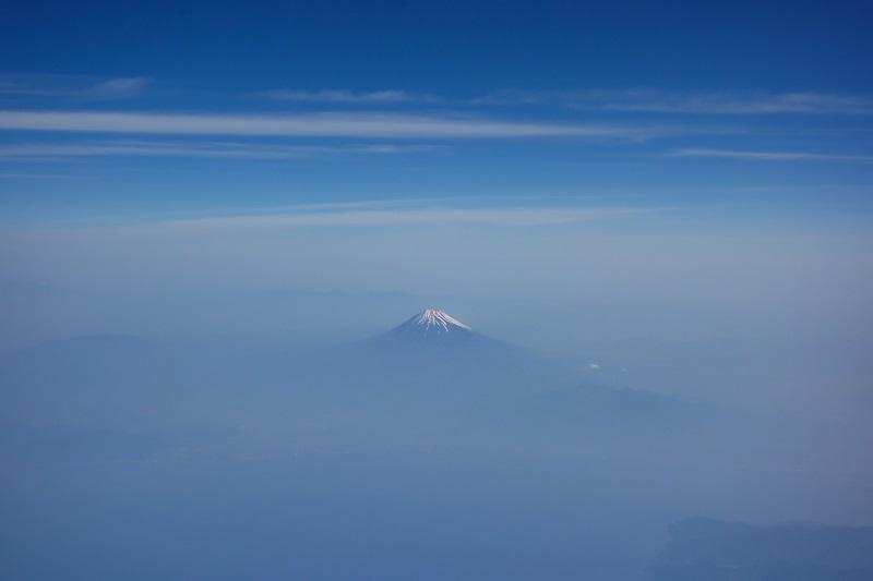 機内からうっすらと見えた富士山