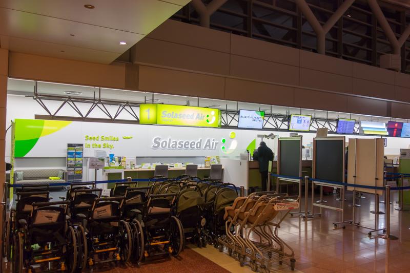 羽田空港のソラシドエアのチェックインカウンター