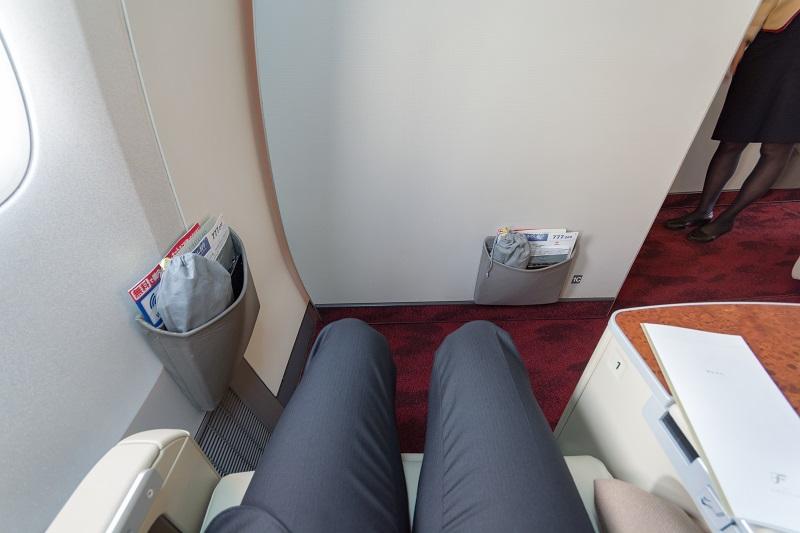JALの国内線ファーストクラスの足元の広さ