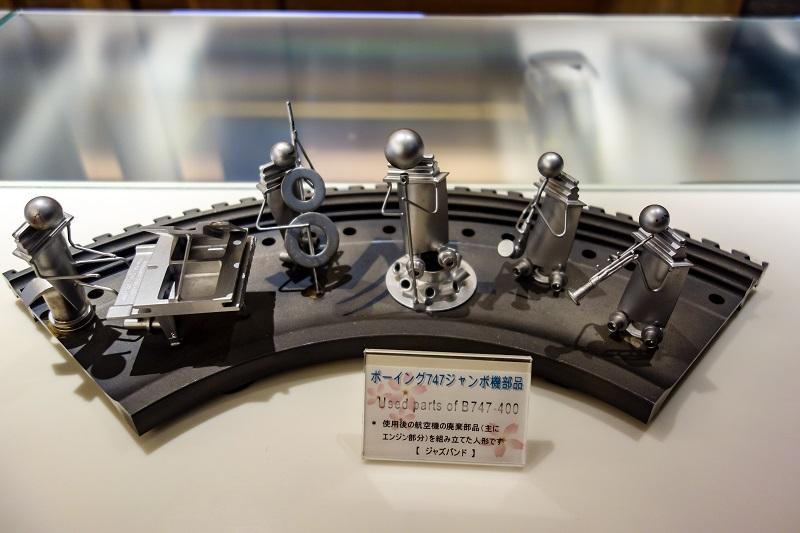 成田空港のサクララウンジに置かれたB747のエンジン部品を用いたマスコット