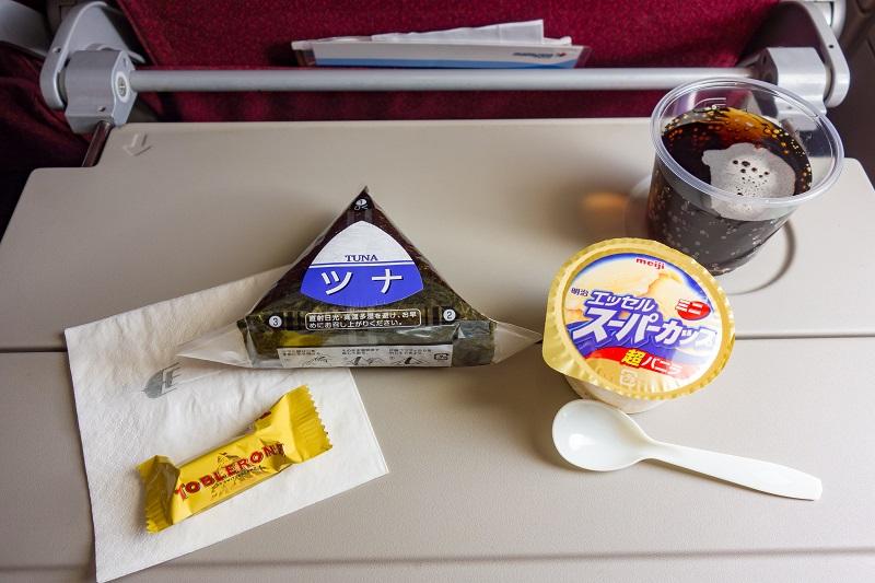 おにぎりとアイスクリームの機内サービス