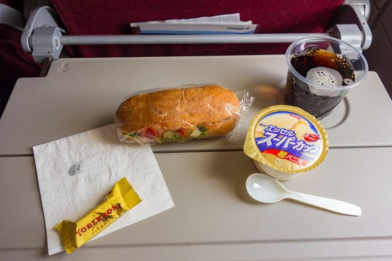 サンドイッチとアイスクリームの機内サービス