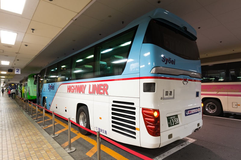 どっとこむライナーの3列独立座席を装備するバス外観