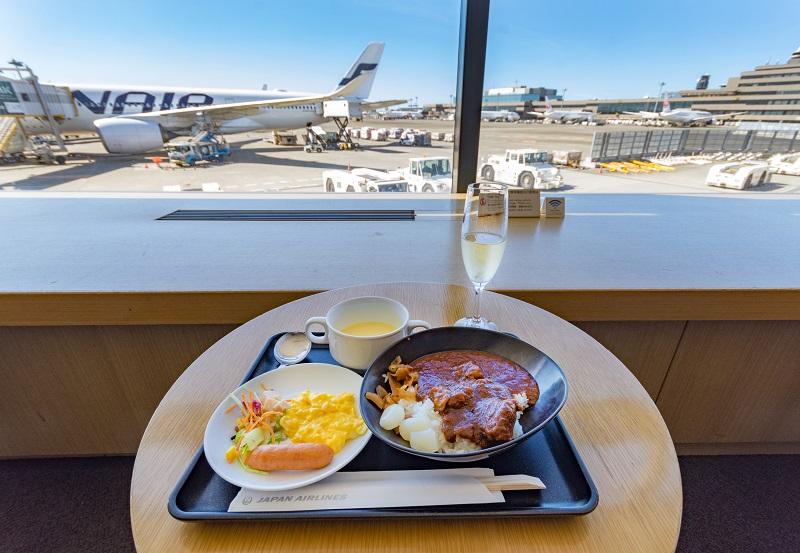 サクララウンジ内での飛行機を眺めながらの食事