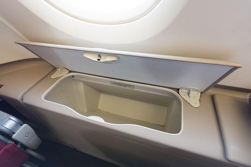 アッパーデッキの特権でもある窓際席の荷物入れ