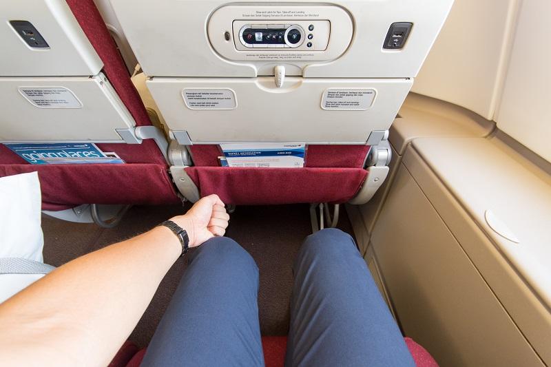 プレミアムエコノミー相当の広さを誇る座席の足元