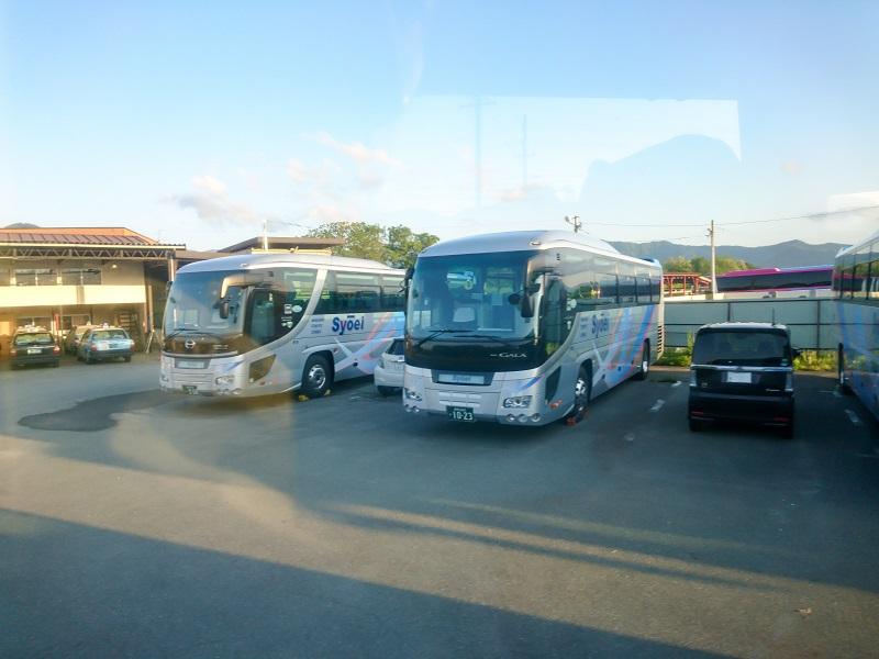 昌栄交通小島田ターミナルに停車するバス
