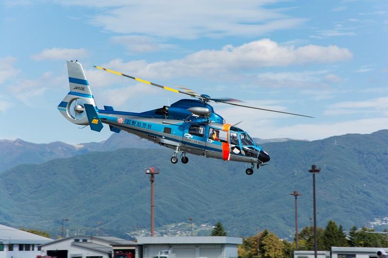 離陸する長野県警ヘリのやまびこ1号