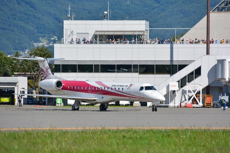 多くの人に見送られ、松本を出発するチャーター便