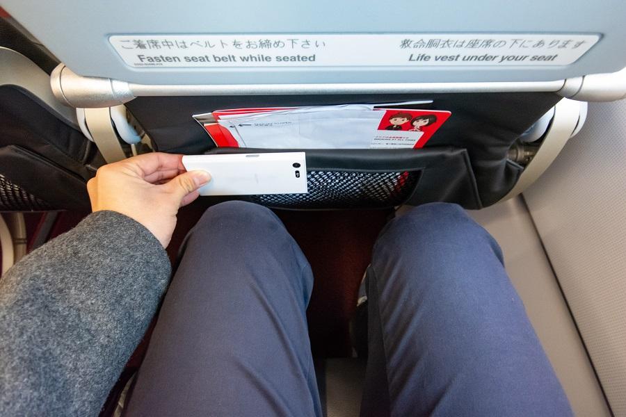 スマホ(Xperia X compact)2.5台分の足元の広さ
