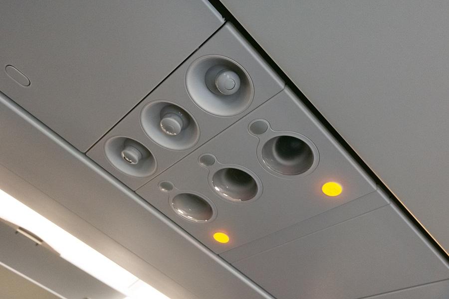 天井の読書灯と個別空調