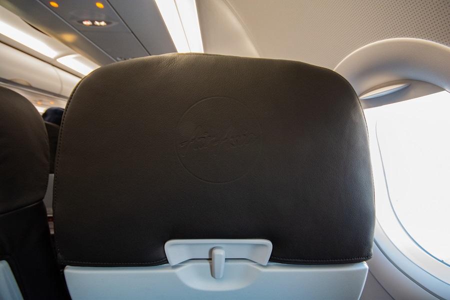 エアアジアのロゴが刻まれた座席カバー