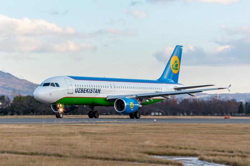 松本空港を離陸するウズベキスタン航空のA320型機