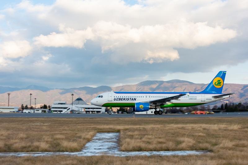 松本空港ターミナルビルとウズベキスタン航空の機体