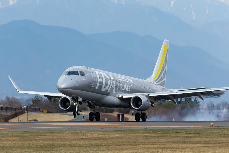 松本空港に着陸するE175型機(JA10FJ)