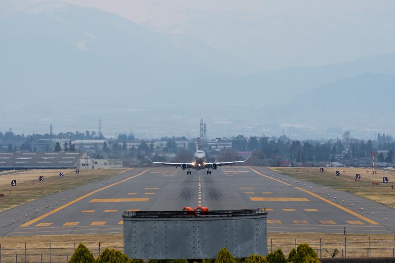 松本空港の滑走路を南方向に離陸するFDA機
