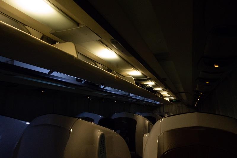 夜行バスだが薄暗い車内の照明