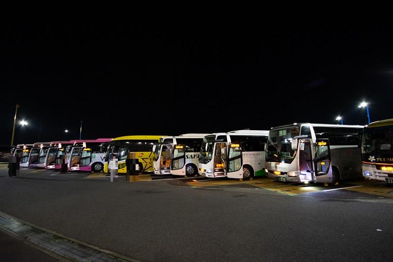 海老名サービスエリアで休憩する多くの高速バス
