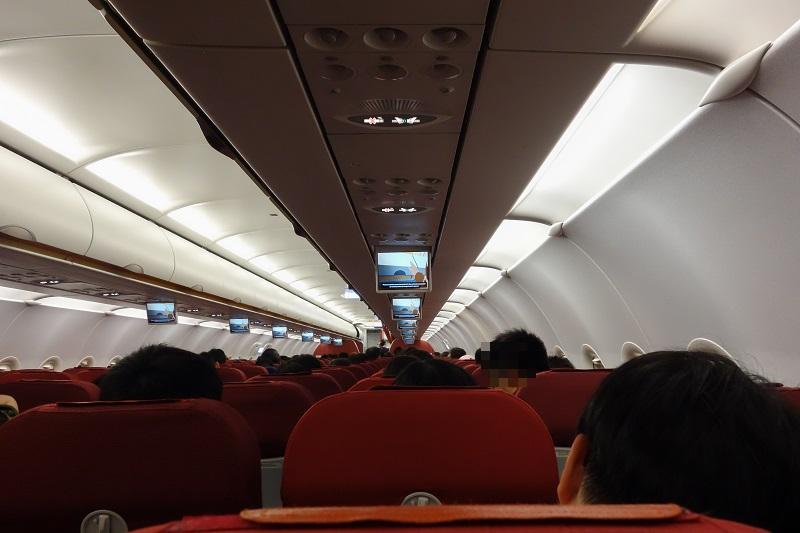 東京成田行きの深夜便の機内の様子