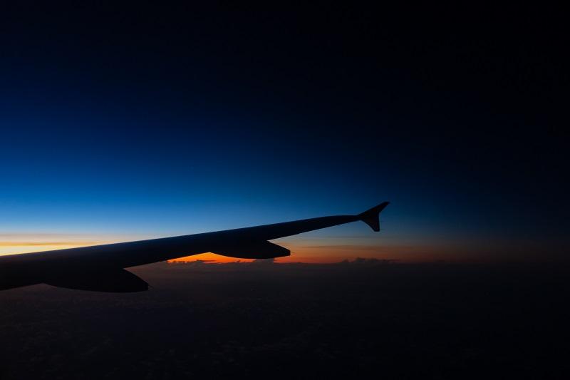 夜明けを上空から望む