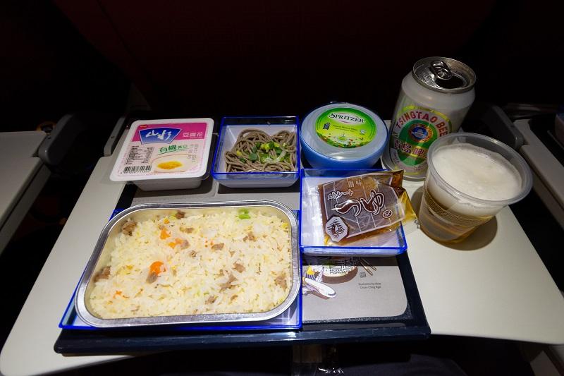 真夜中に提供されたチャーハンの機内食