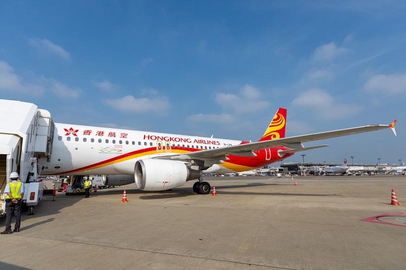 赤と黄色の塗装が鮮やかな香港航空の塗装