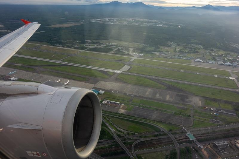 新千歳空港離陸時の様子と眼下に見える航空自衛隊千歳基地