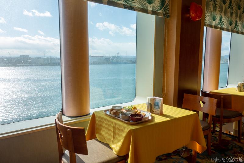 窓側席で景色を眺めながらの昼食風景