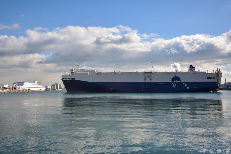 仙台港に入港する自動車運搬船の豊昇丸