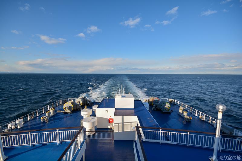 船尾から一直線に引かれた航跡