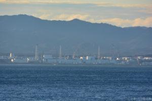 船上から見えた福島第一原子力発電所