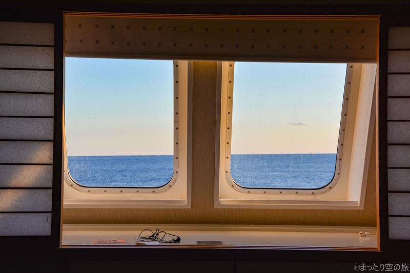 窓枠と外の景色