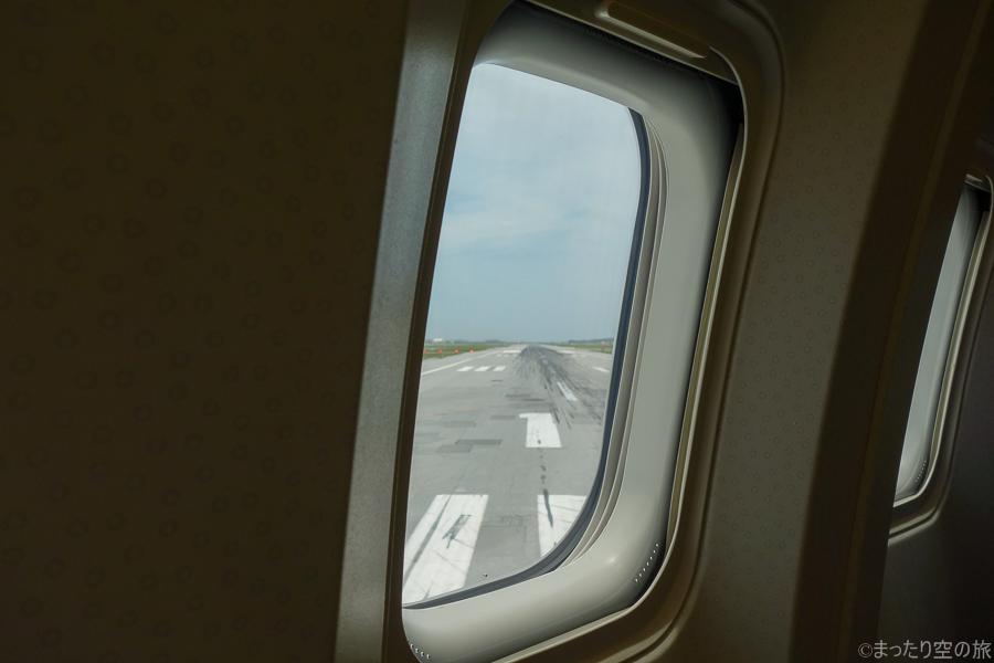 機内から見えた那覇空港の滑走路