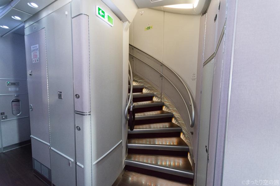 機内最後部の2階席への階段
