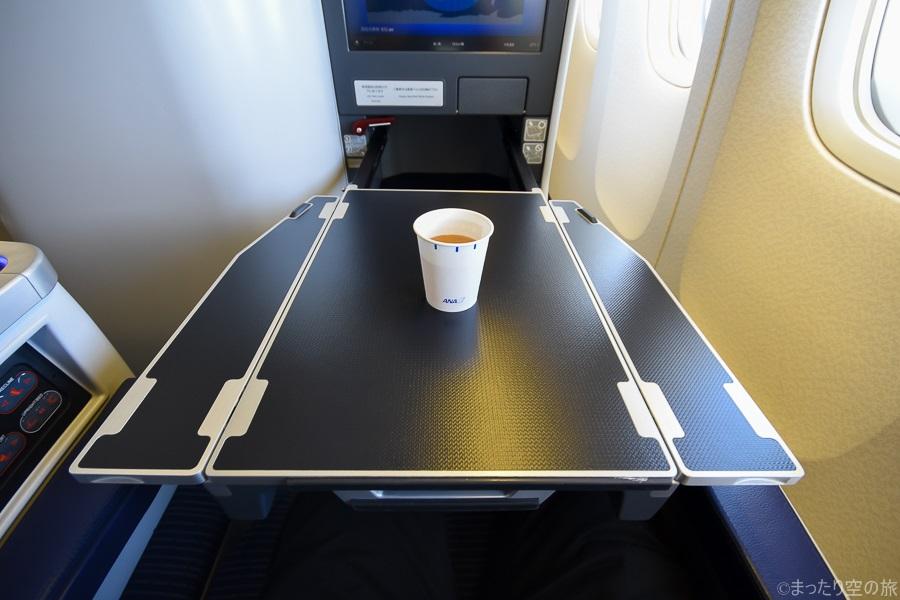 広大なテーブルに置かれたドリンクサービスのカップ