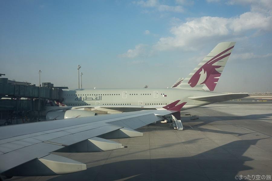 自機の隣に駐機するカタール航空のA380