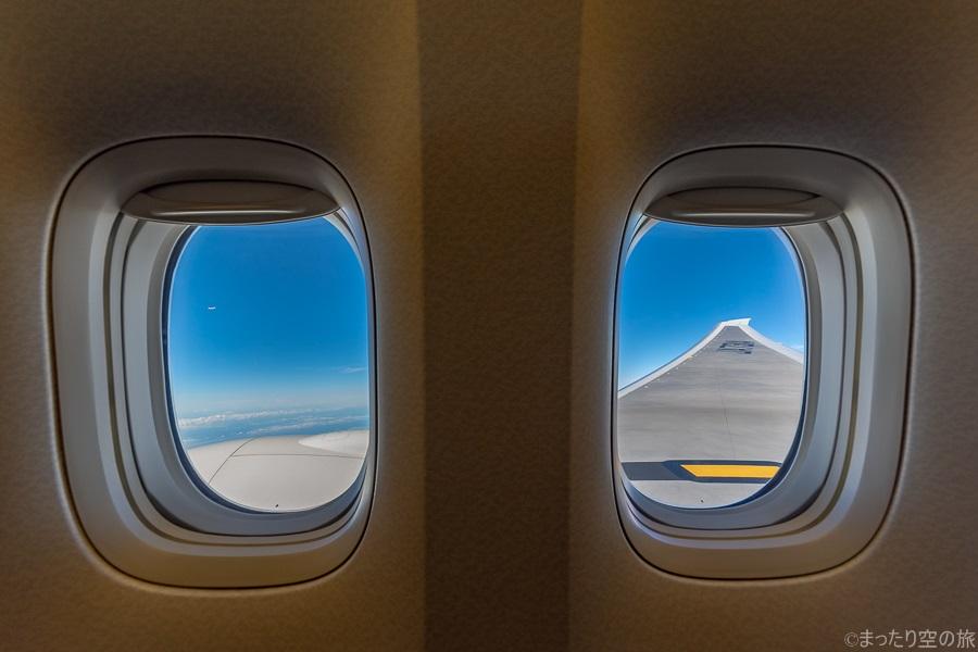 2枚の窓と外の景色