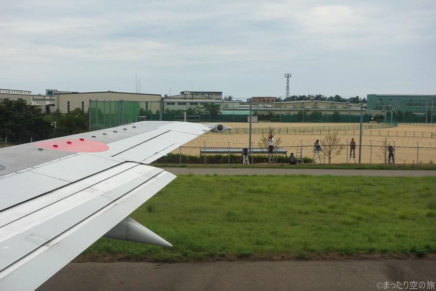 機内から見た小松空港外周で撮影する航空ファン